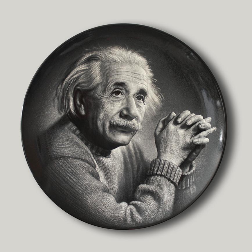 爱因斯坦侧面抱手像